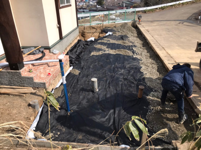 掘削底面に防草シート敷設